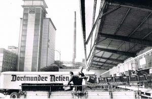 Die Verladung von Flaschenbier bei der DAB an der Rheinischen Straße 1968.