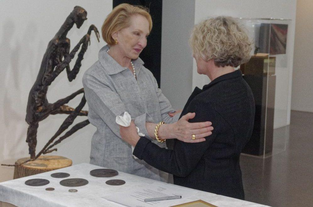Beryn Hammil und Regina Stelter nach unterzeichnung der Schenkungsurkunde