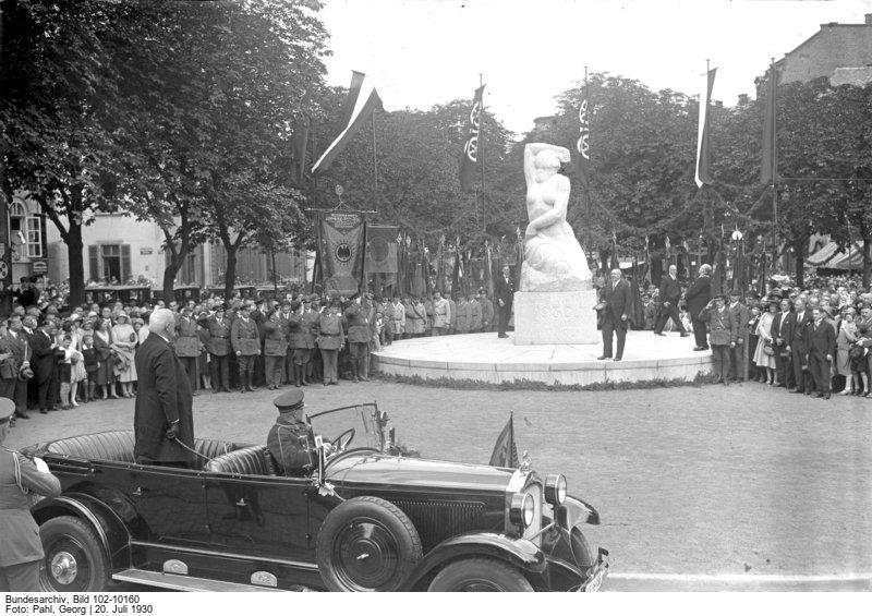 Der jubelnde Empfang des Reichspräsidenten von Hindenburg in Mainz! Die feierliche Enthüllung des Befreiungs-Denkmals auf dem Schillerplatz in Mainz. Vorn im Wagen stehend der Reichspräsident von Hindenburg während der Rede des Mainzer Oberbürgermeisters Dr. Külb am Denkmal.