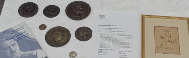 Benno-Elkan-Nachlass: Enkelin des Künstlers übergibt dem Museum-Ostwall Medaillen, um die Sammlung zu erweitern