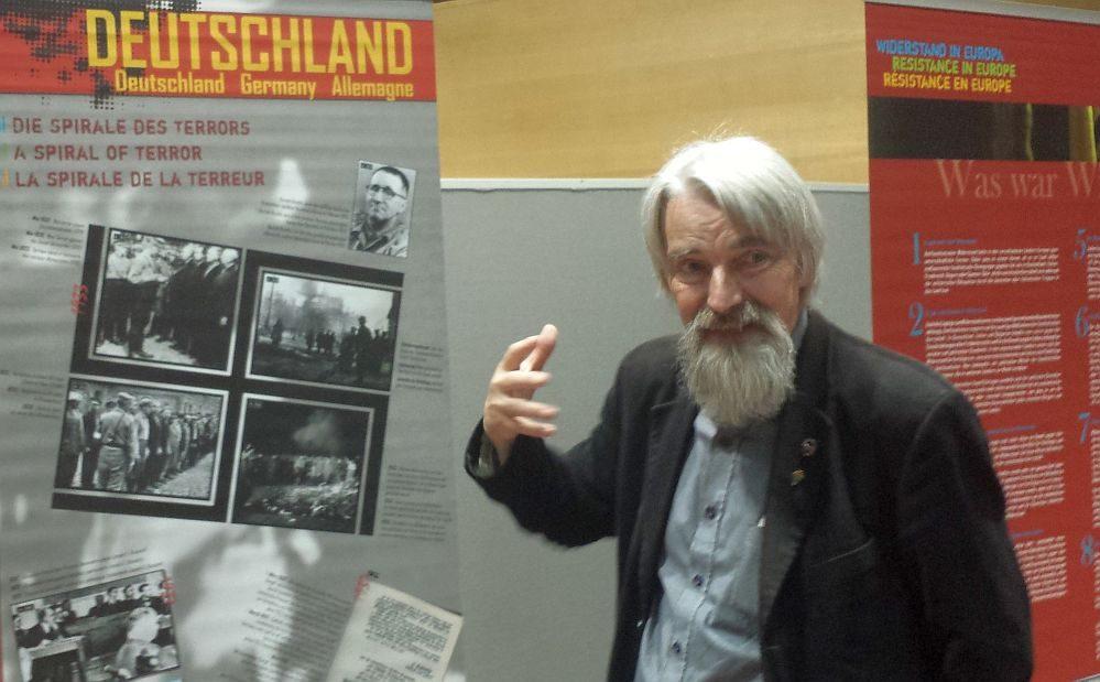 Dr. Ulrich Schneider führt durch die Ausstellung