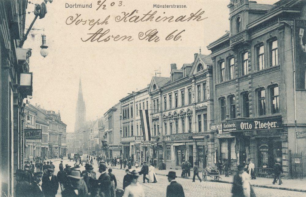 Blick durch die Münsterstraße nach Norden um 1905. Das zweite Haus von rechts - mit heraushängender Fahne - ist das Haus Münsterstr. 17/19. Hier war die Feuerkugel eingerichtet. (Slg. Klaus Winter)