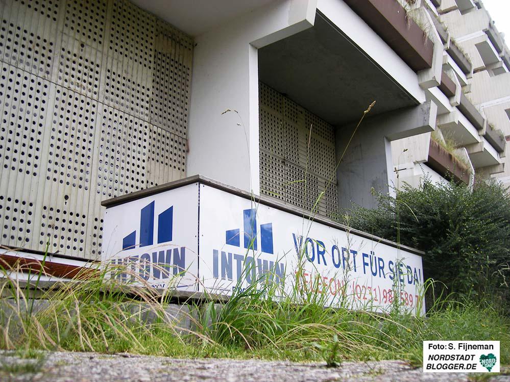 Der verwaiste Infostand der Eigentümergesellschaft Intown Properties.