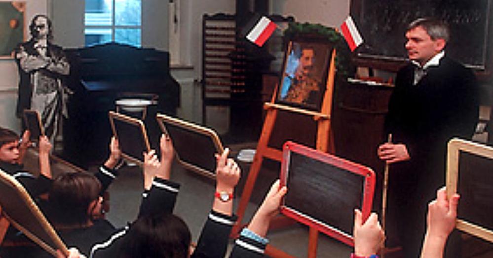 Das Startfoto der Internetseite des Schulmuseums zeigt Michael Dückershoff im Unterricht wie zu Kaisers Zeiten. Foto: Stadt Dortmund