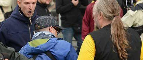 Neonazis -mit Pfefferspray in der Hand - bedrängen und attackieren während einer Demo Fotografen - Alltag in Dortmund.