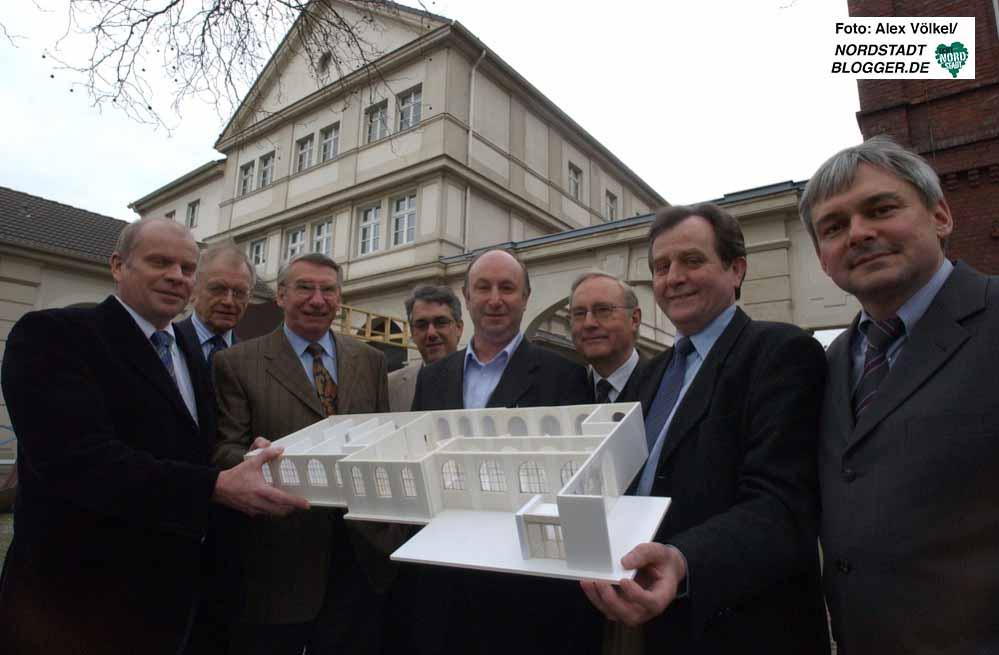 Gruppenfoto zur Projektvorstellung: 2004 wurde die Idee für das Hoeschmuseum vorgestellt. Archivbild: Alex Völkel
