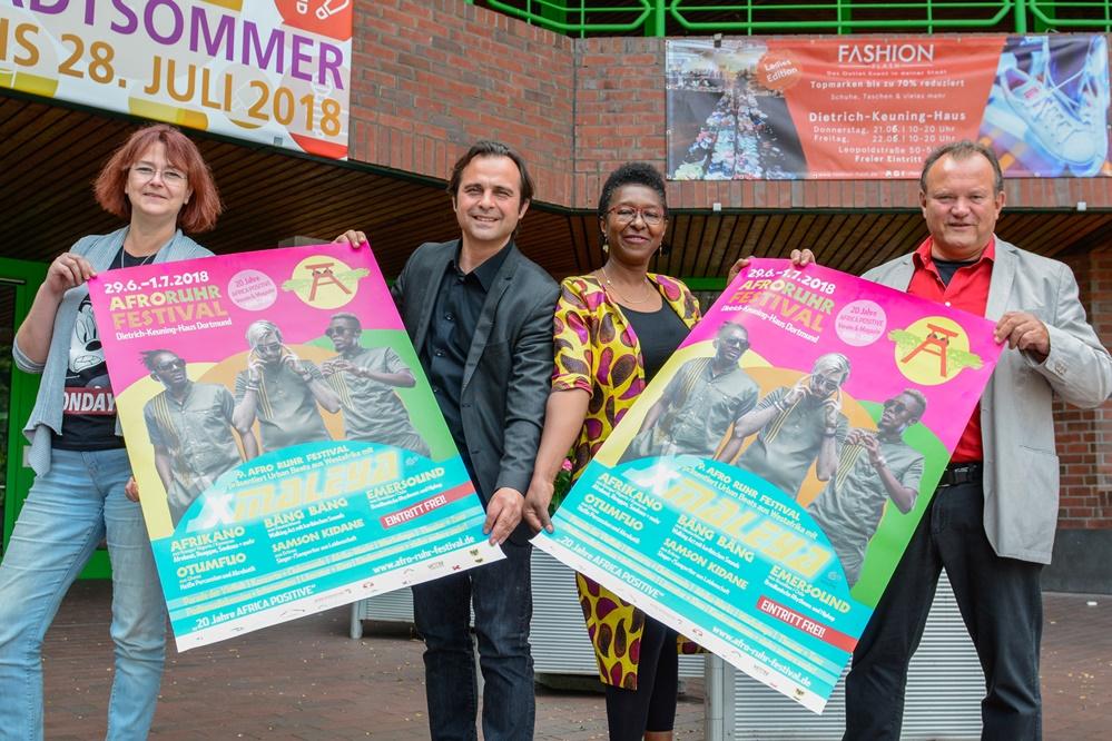 """(v.L.:) Ulrike Markowski und Levent Arslan ( DKH), Veye Tatah (Africa Positive), Burkhard Rinsche (Kulturbüro) stellen das Programm für das """"Afro-Ruhr-Festival"""" 2018 vor. Foto: Roland Gorecki"""