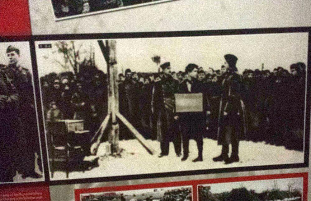 Die 18-jährige Zoia Anatoljewna Kosmodemiamskaja vor der Hinrichtung durch Schergen des deutschen Faschismus: dass es nie wieder geschehe.