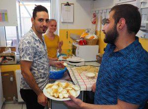 Koch Mohammad (links) bereitet mit Annina (hinten) den Nachtisch vor.