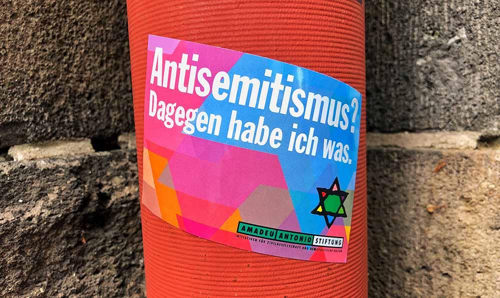"""""""Antisemitismus - Dagegen habe ich was."""" Aufkleber in der Nordstadt. Foto: Alex Völkel"""