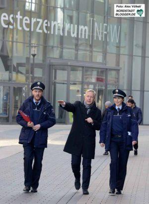 ^Polizeipräsident Gregor Lange (Mitte) hat die Videobeobachtung angeordnet.