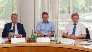 Ludger Wilde (re.) freut sich über das große Interesse der Möbelunternehmen am Standort Dortmund. Foto: Roland Gorecki