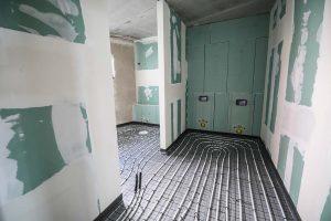 Die Innenarbeiten sind in vollem Gang. Zu Zeit werden die Rohre der Fußbodenheizung verlegt.