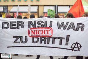 Die DemonstrantInnen glauben nicht, dass das Netzwerk nur aus dem Trio bestand. Foto: Leopold Achilles