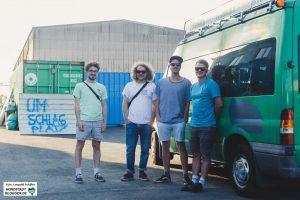 Die vierköpfige Band mit ihrem eigenen Tourbus am Hafen in Dortmund.