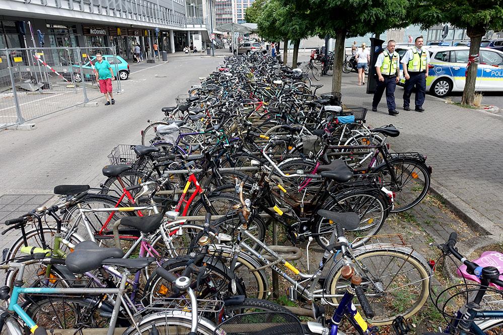 Allein rund um den Hauptbahnhof hat die Stadt 70 defekte Räder markiert. Foto: Sascha Fijneman