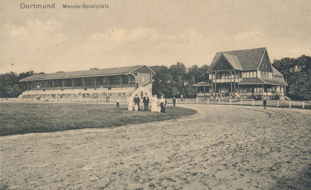 Mendesportplatz um 1916. Links die große, 1000 Personen fassende Tribüne, rechts das Wirtschaftsgebäude (Sammlung Klaus Winter)