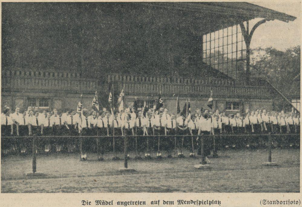 Anlässlich eines Sportwettkampfes nahm der BDM vor der Tribüne des Mendesportplatzes Aufstellung (Dortmunder Zeitung, 30.05.1938)