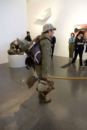 Im Vorbeigehen wirkt die Skulptur so echt, als sei sie ein normaler Museumsbesucher.