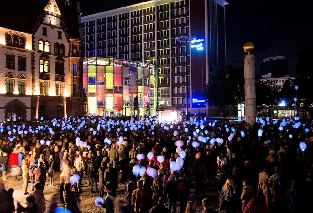 Besucher der Dortmunder DEW21-Museumsnacht bringen den Friedensplatz mit Leuchtballons von DEW21 zum Strahlen. Foto: Bernd Schmuck