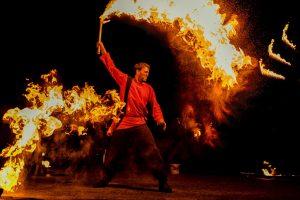 Mit der spektakulären Fiurfaro Feuershow klingt die DEW21-Museumsnacht vor dem Kindermuseum Adlerturm aus. Foto: bildimblick