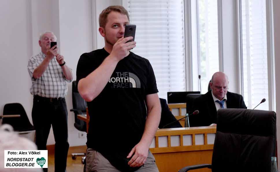 """Michael Brück hat sein Handy immer """"am Mann"""" und ist ein großer Freund von Live-Videos - auch aus dem Rathaus. Archivfotos: Alex Völkel"""
