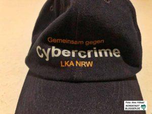 """Die Kritik an der Cybercrime-Abteilung ist im """"Langen August"""" offensichtlich. Nun war genau diese Abteilung zur Razzia vor Ort."""