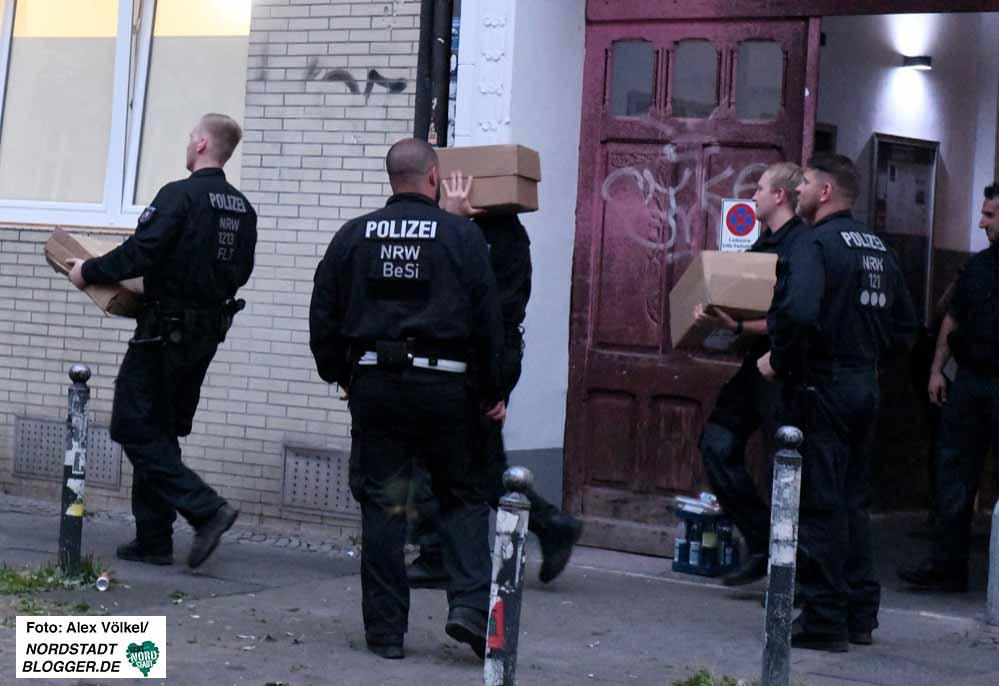 Polizeibeamte beschlagnahmten auch Materialien von antifaschistischen Gruppen.