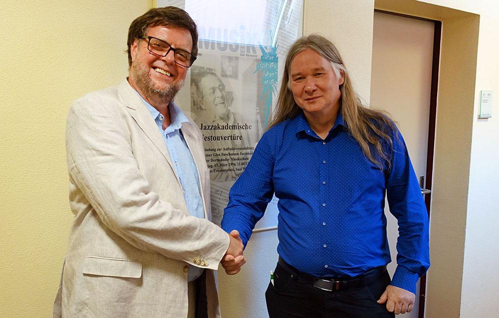 Musikschulleiter Volker Gerland übergab Uwe Plath (re.) offiziell die Leitung der Jazzakademie.