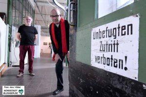 Dieter Fischer (re.) hatte vor 16 Jahren die gleichnamige Galerie im Depot eröffnet, um an die Arbeit seiner Frau Anne zu erinnern. Foto: Alex Völkel