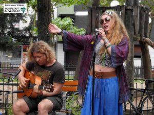 Das Duo Fadenlos unterhielt mit Gitarre, Akkordeon und lyrischem Gesang.