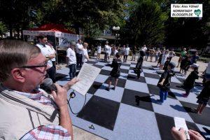 Gerd Kolbe moderiert eine Schachpartie auf dem Nordmarkt. Foto: Alex Völkel