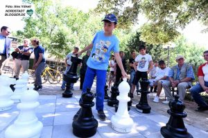 Die großen Schachfiguren sind - ebenso wie die normalen Schachbretter - in Kürze im Diakonie-Kiosk ausleihbar.