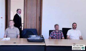 Sascha Krolzig (re), M.D. (li) und P.Z. (mi) - mit Rechtsanwalt Picker - stehen in Dortmund vor Gericht.