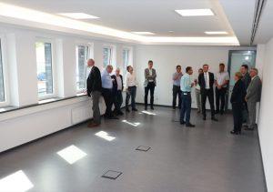 Bei der Besichtigung des neuen Verwaltungsgebäudes: fehlt noch ein wenig.