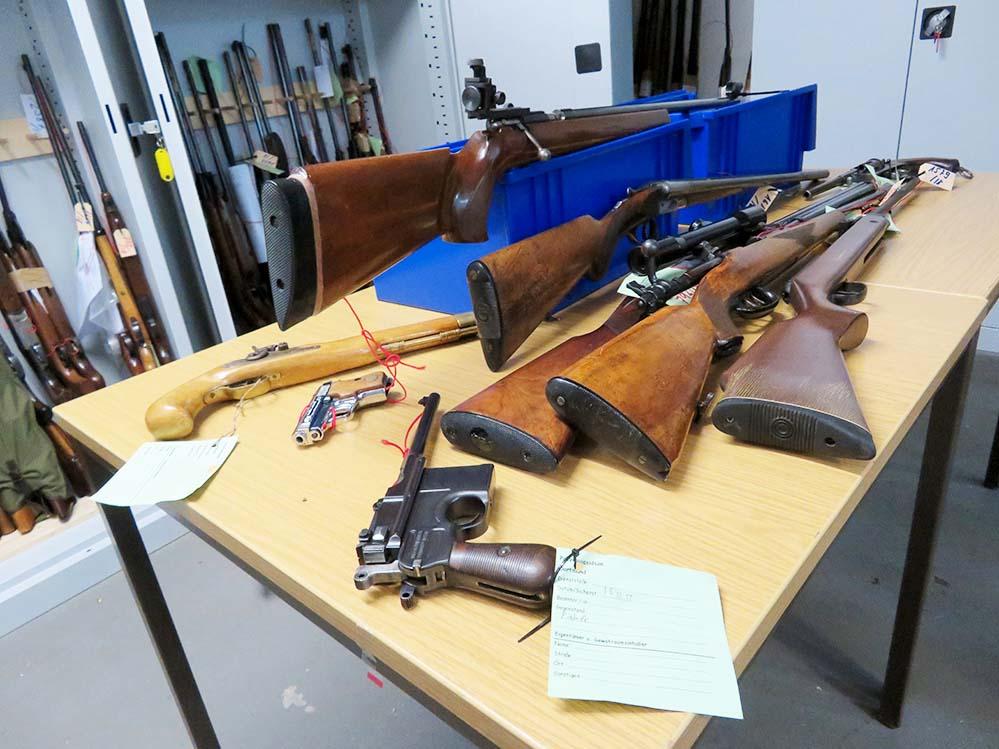 Insgesamt wurden 417 Waffen zurückgegeben. 153 davon waren erlaubnispflichtig.