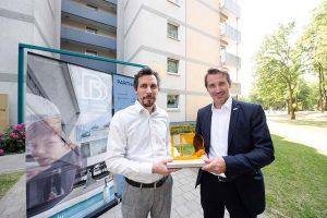 """Tim Rieniets (l) übergibt den Preis für """"Big Beautiful Buildings"""" an Carsten Gröning (r)."""