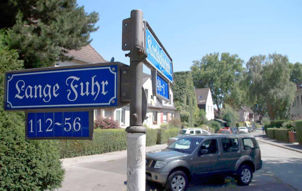 Historische Straßenschilder gibt es jetzt für die Zechensiedlung Oberdorstfeld. Foto: Karsten Wickern