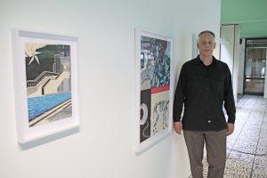 Alekos Hofstetter vor seinen Bildern.