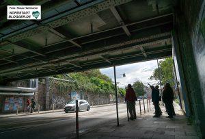 Spaziergang zu den historischen Eisenbahn-Stahlbrücken. Unter Brücken