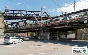 Spaziergang zu den historischen Eisenbahn-Stahlbrücken. Panorama der Brückenanlage an der Oestermärsch / Gronaustraße