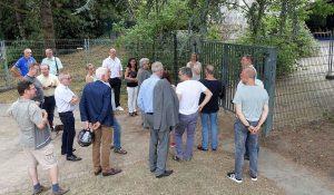 Am Sonnensegel, eine komplizierte Baustelle. Die CDU-Fraktion hört der Chefin des Westfalenparks zu. Fotos: Thomas Engel
