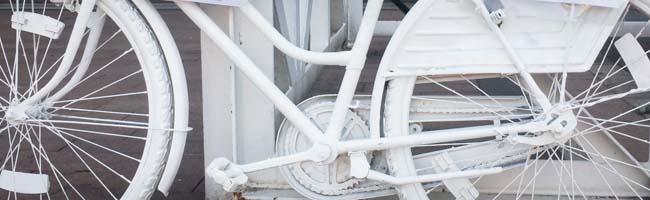 Hunderte Menschen gedenken eines getöteten Radfahrers in Dortmund: Aufstellung eines Ghostbikes in der Nordstadt