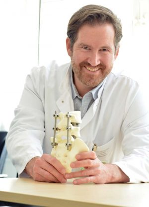 Dr. Kevin Tschöke ist der Direktor der Klinik für Wirbelsäulenchirurgie am Klinikum Dortmund.