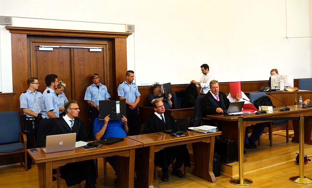 Die Angeklagten sollen außerdem gegen das Kriegswaffenkontrollgesetz verstoßen haben. Fotos: S. Fijneman