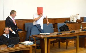 Der Angeklagte Christof Heinrich S. und Anwälte.