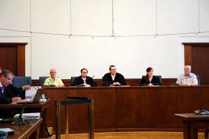 Richter Sembowski, Vorsitzender Richter Röcken und Richterin Dr. Senuysal mit den Schöffen.