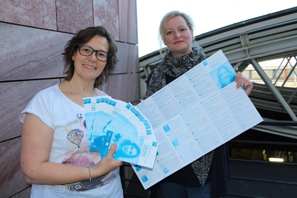 """Claudia Vennes (Stadt- und Landesbibliothek) und Isabel Pfarre (Kulturbüro) präsentieren den neuen Literaturkalender """"Literatur in Dortmund"""" für das zweite Halbjahr 2018. Foto: Victoria Görg"""