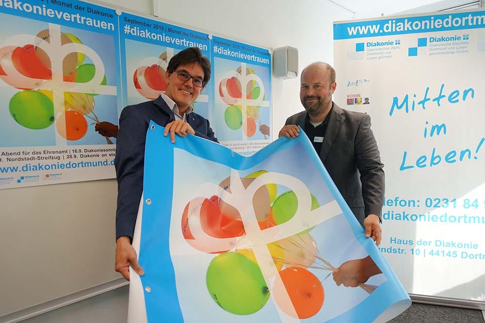 Diakoniepfarrer Niels Back und Tim Cocu von der Presse- und Öffentlichkeitsarbeit der Diakonie probieren einiges aus, um für den Evangelischen Kirchentag 2019 in Dortmund gewappnet zu sein. Foto: S. Fijneman