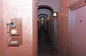 Rechts geht es Richtung analog, hinter den linken Türen ist nichts, außer der eigene Kopf: Exit in Dortund, Eingang Spielwiese.